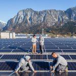 Mitarbeiter von winsun installieren eine Solarzelle auf dem Dach von Galliker Logistik in Landquart am Mittwoch, 15. November 2017.